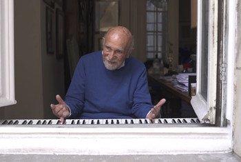 Simon Gronowski joue du piano pour les passants depuis son domicile à Bruxelles, en Belgique.