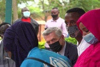 Kamishna Mkuu wa UNHCR akiwa ziarani nchini Rwanda katika kituo cha wakimbizi.