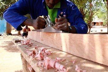 Kijana aliyekuwa anatumikishwa kama askari vitani sasa anaunda vitu vya mbao nchini Sudan Kusini kwa msaada wa UNMISS.