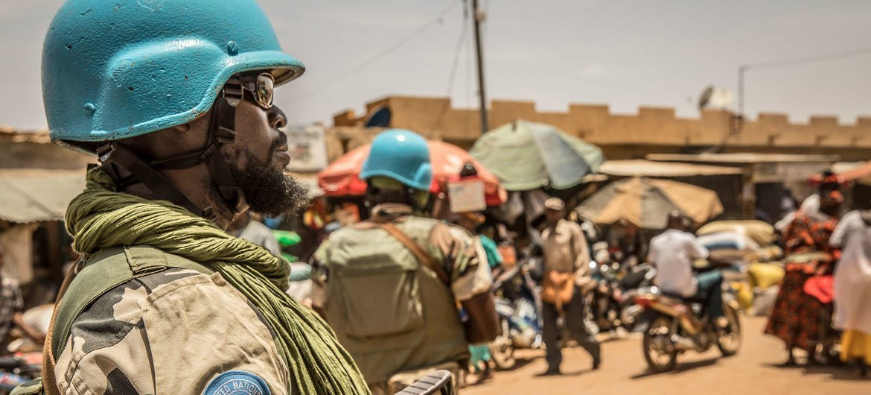 قوات حفظ السلام التابعة للأمم المتحدة تقوم بدوريات في مالي سيرا على الأقدام وفي مركبات.