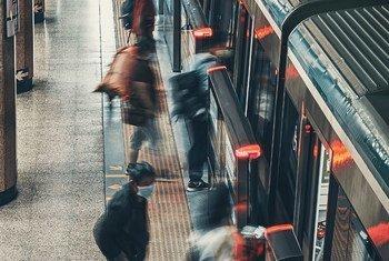 中国北京,乘客依次登上地铁。