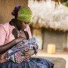 Lucy Atokoru, 28 anos, amamenta seu bebê em Omugo, no Uganda.