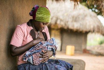 Lucy Atokoru, 28 ananyonyesha mtoto wake nyumbani kwake Omugo, Wilaya ya Arua.