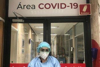 मैक्सिको सिटी के एक अस्पताल में एक स्वास्थ्यकर्मी. महामारी से लड़ने के लिये वैश्विक एकजुटता को बहुत अहम क़रार दिया गया है.