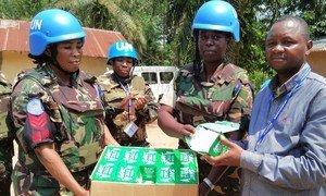 Walinda amani wanawake kutoka  Tanzania wakikabidhi vifaa vya shule kwa Chifu wa kata ya Matembo iliyo mji mkuu wa jimbo la Kivu Kaskazini, Beni, nchini DRC.
