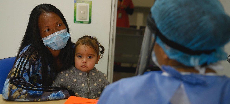 Una mujer y su hija en un hospital de Colombia durante la pandemia de COVID-19.