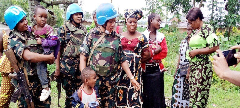 Walinda amani wanawake kutoka Tanzania wakiwa na wanawake na watoto wakazi wa Beni, nchini DRC.