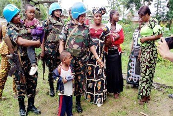 جنديات حفظ سلام عاملات في بعثة حفظ السلام في الكونغو الديمقراطية خلال حديثهن مع نساء وأطفال في مقاطعة بيني.