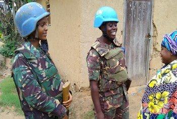 Walinda amani wanawake kutoka Tanzania katika mazungumzo na mwanamke mkazi wa Beni, nchini DRC.