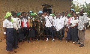 Walinda amani wanawake kutoka Tanzania katika picha ya pamoja na wanafunzi wa shule ya sekondari huko Beni, DRC