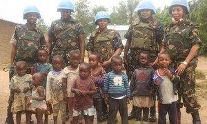 Walinda amani wanawake kutoka Tanzania wakiwa kwenye pich aya pamoja na watoto huko Beni, DRC.