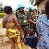 Des femmes soldats de la paix tanzaniennes dialoguent avec des femmes à Beni, en RDC.