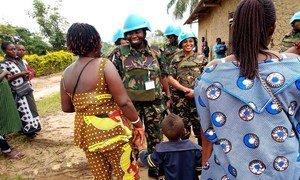 Walinda amani wanawake kutoka Tanzania wakizungumza na wanawake huko Beni, DRC.