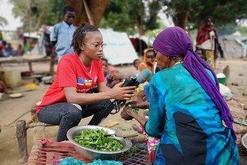 La journaliste centrafricaine Merveille Noella Mada-Yayoro en reportage dans le camp de déplacés de Birao pour Guira FM, la radio de la mission de paix de l'ONU en RCA.