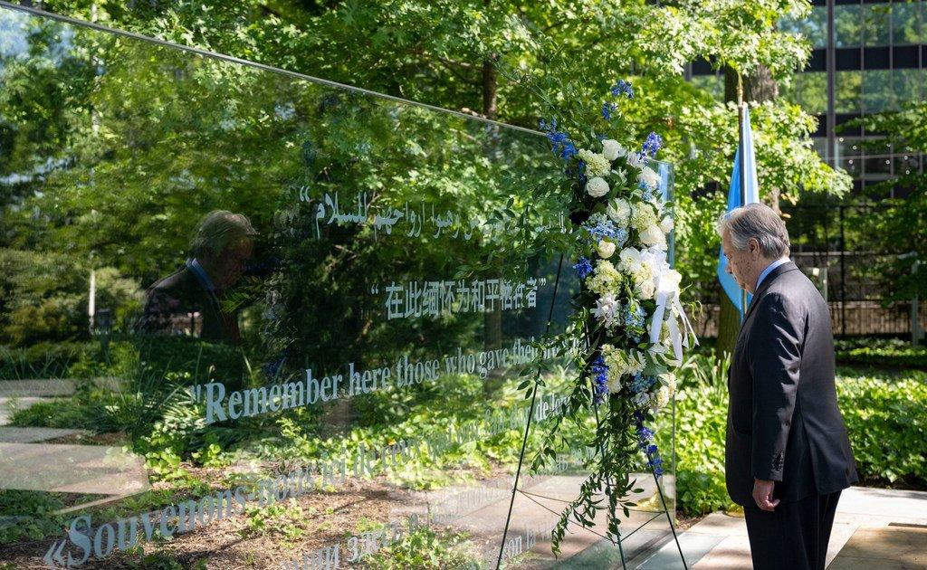 秘书长安东尼奥·古特雷斯出席纪念2021年联合国维和人员国际日敬献花圈仪式。