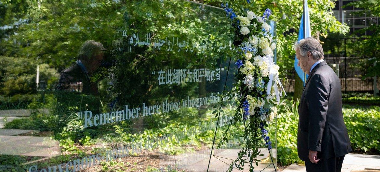 Guterres depositou uma coroa de flores em tributo aos boinas-azuis mortos em serviços.