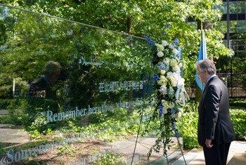 Le Secrétaire général de l'ONU, António Guterres, dépose une couronne de fleurs en hommage aux Casques bleus qui ont perdu la vie dans l'exercice de leurs fonctions.