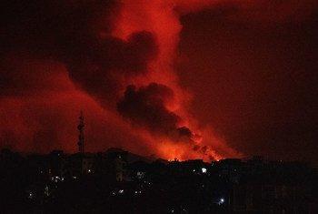 La lave de l'éruption volcanique du mont Nyiragongo s'écoule vers la ville de Goma, dans l'est de la République démocratique du Congo.