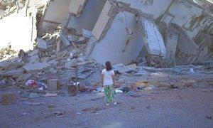 مبنى مدمر في مدينة غزة في أعقاب سلسلة من الغارات الجوية الإسرائيلية على قطاع غزة الخاضع للحصار.