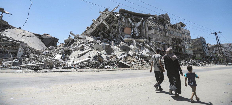 آثار حطام مبنى في غزة هدمته الغارات الجوية الإسرائيلية خلال الأعمال العنيفة بين الطرفين.