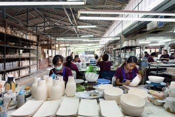 От денежных переводов рабочих-мигрантов напрямую зависят экономики десятков стран с низким и средним уровнем доходов. На фото: фабрика в Таиланде.
