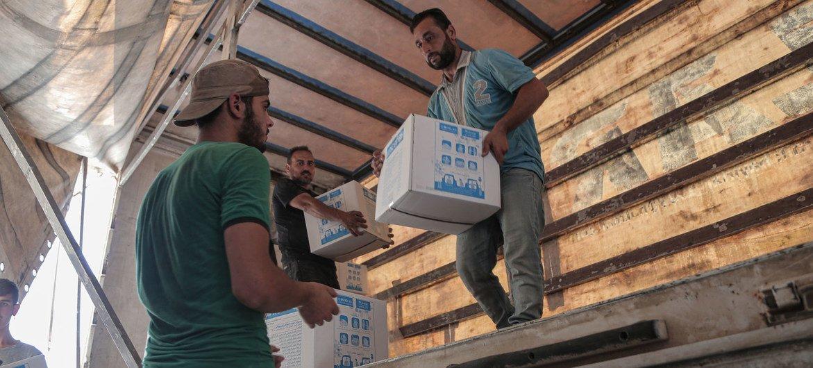 Die Hilfe der Vereinten Nationen wird im Juni 2020 aus der Türkei über den Grenzübergang Bab El Hawa nach Syrien geliefert.