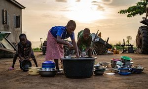 Trois jeunes enfants dans la capitale togolaise, Lomé,