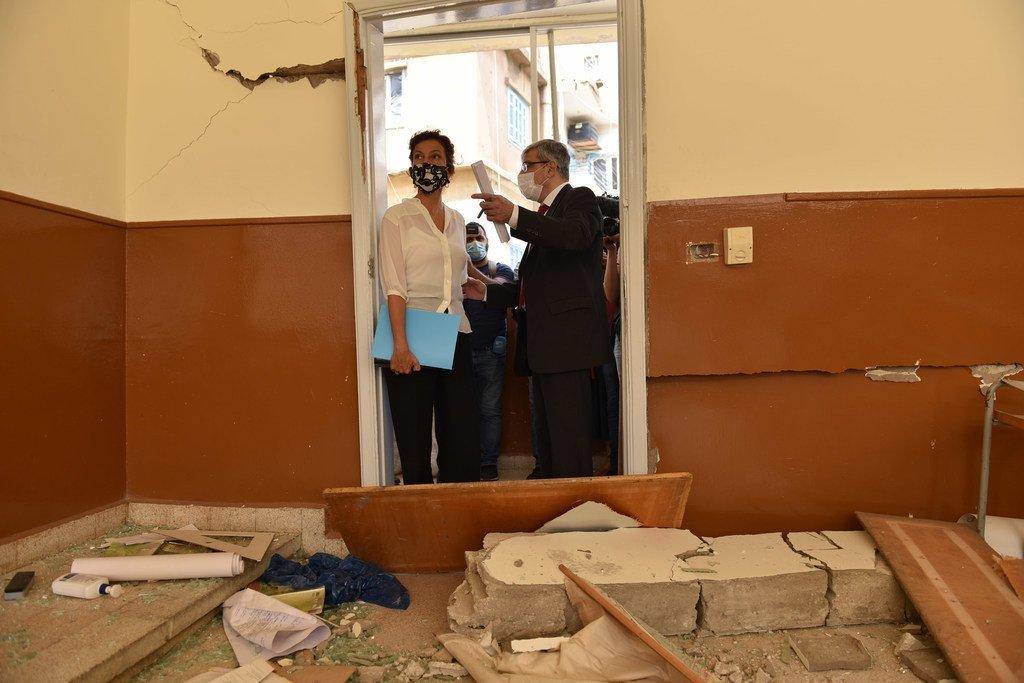 Audrey Azoulay, Directrice générale de l'UNESCO (à gauche), visite l'école des trois docteurs de Beyrouth qui a été endommagée par l'explosion du 4 août.
