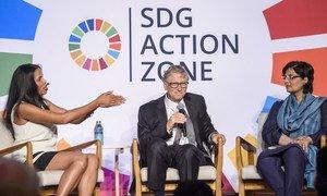 Bill Gates, copresidente da Fundação Bill & Melinda Gates, e Sania Nishtar, assistente especial do primeiro-ministro do Paquistão, participam de um debate.