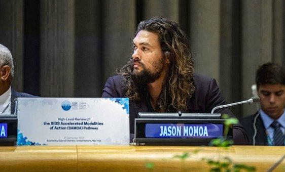Jason Momoa, acteur et défenseur des océans, prend la parole lors d'un événement à l'ONU en faveur des petits États insulaires en développement (27 septembre 2019).