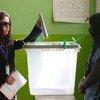 Une femme a voté lors des élections législatives en Afghanistan dans un bureau de vote de Kaboul en 2018.