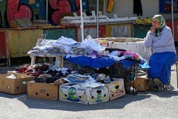 Plus de quatre milliards de gens à travers le monde, dont de nombreux vendeurs de rue, n'ont pas de protection sociale, selon l'Organisation internationale du travail (OIT).