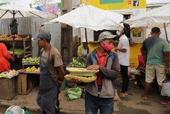 Des vendeurs de légumes sur un marché à Antananarivo, à Madagascar.