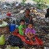 म्याँमार के यंगून शहर में, एक बेघर परिवार, जिसे ऐसी कोई भरोसेमन्द व्यवस्था शायद ही उपलब्ध है, जो उसकी मदद कर सके.