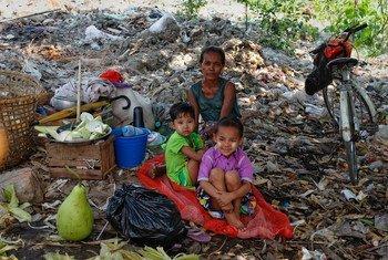 Una familia sin hogar con pocas estructuras de apoyo social en la ciudad de Yangon, en Myanmar,