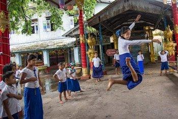 缅甸毛淡棉的小学生正在跳橡皮筋。(2018年8月图片)