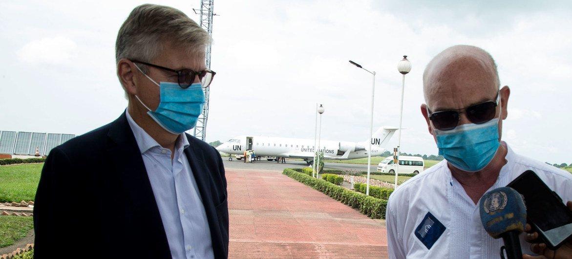 Jean-Pierre Lacroix e Smail Chergui no aeroporto de Bangui