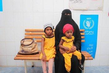 Une mère dans un centre de santé au Yémen pour faire soigner sa fille qui souffre de malnutrition.