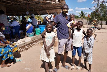 Un père de famille de Cabo Delgado, au Mozambique, reçoit des compléments alimentaires pour soigner sa fille, qui souffre de malnutrition aiguë modérée.