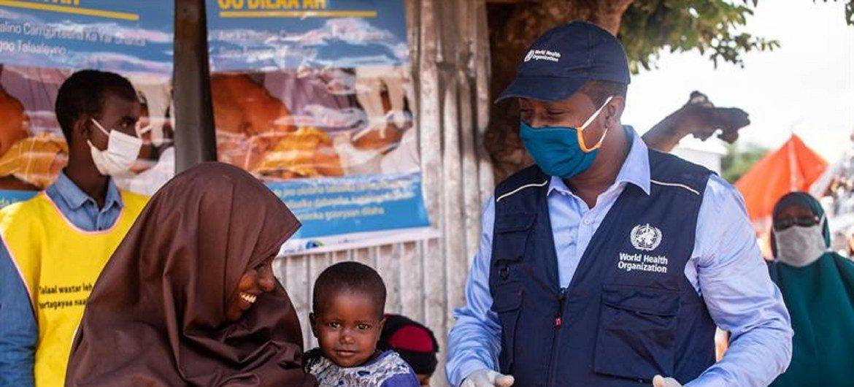 Criança  espera para ser vacinada durante a campanha nacional de vacinação contra poliomielite e sarampo em Mogadíscio, na Somália, em setembro de 2020.