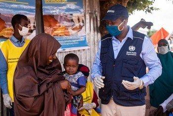 Une jeune fille attend d'être vaccinée lors de la campagne nationale de vaccination contre la polio et la rougeole à Mogadiscio, en Somalie, le 1er septembre 2020