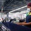 लेसोथो की एक फ़ैक्ट्री में काम कर रही एक महिला.