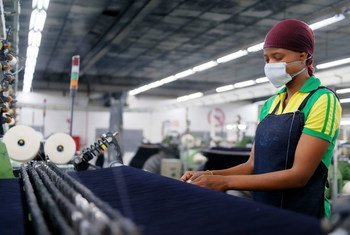 Une femme travaille dans une usine textile au Lesotho.