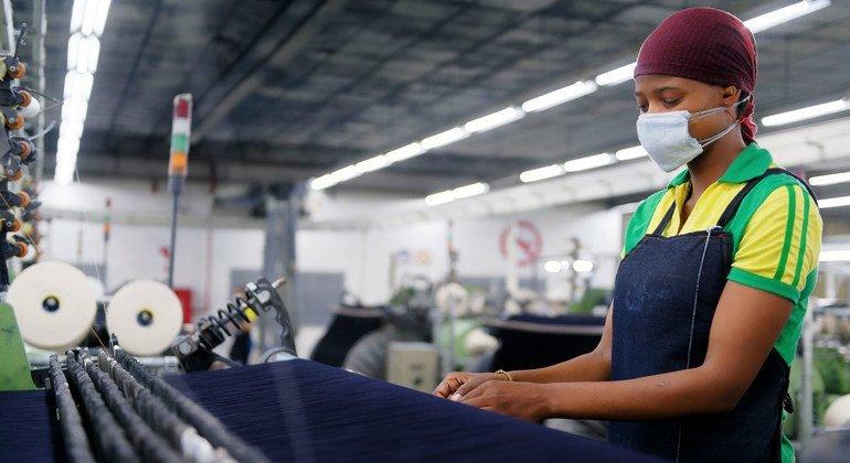 Trabajadora en una fábrica textil en Lesotho.