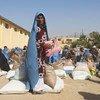 अफ़ग़ानिस्तान के हेरात में, विश्व खाद्य कार्यक्रम के एक वितरण केंद्र पर लोगों को राशन वितरित किया जा रहा है.
