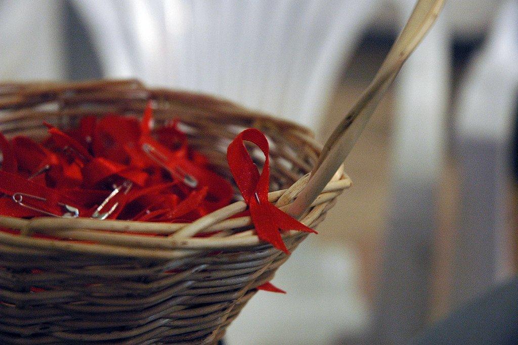 Le ruban rouge, symbole de la campagne mondiale de lutte contre le VIH/sida
