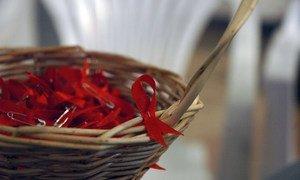 El lazo rojo es el símbolo de la campaña mundial para combatir el VIH-SIDA