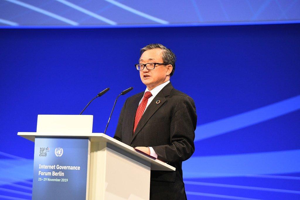 联合国副秘书长刘振民在德国首都柏林举行的联合国互联网治理论坛上发表讲话。(2019年11月27日)