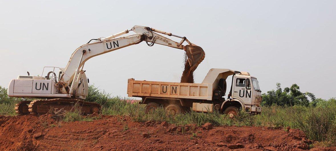 中国军事工程人员在南苏丹西北部加扎勒河地区(Bahr El Ghazal)开展道路修复工作。