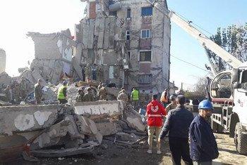 अल्बानिया में 6.4 तीव्रता का भूकंप, तिराना से 30 किलोमीटर पश्चिम में केंद्रित था. सबसे अधिक प्रभावित क्षेत्र, डुरेस का तटीय शहर और थुमेन शहर हैं.